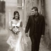 fotografia di matrimonio como in b/n sposi per le vie del lago di como lecco bellagio