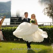 foto sposi allegri spontanei danzanti e felici lago di como wedding