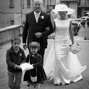 Foto nozze Villaguardia sposa accompagnata dal papà in chiesa