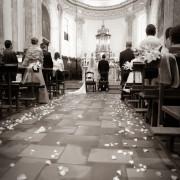 foto di matrimonio petali in chiesa