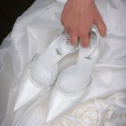 foto elegante dettaglio abito e scarpe della sposa moda fashion como bellagio menaggio lago di como seta trand