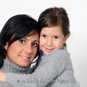 foto ritratto studio mamma figlia maternità felicità sorrisi spontanei como lago milano svizzera